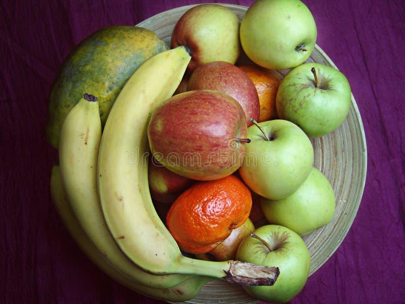 Cuenco de madera con las frutas fotos de archivo libres de regalías