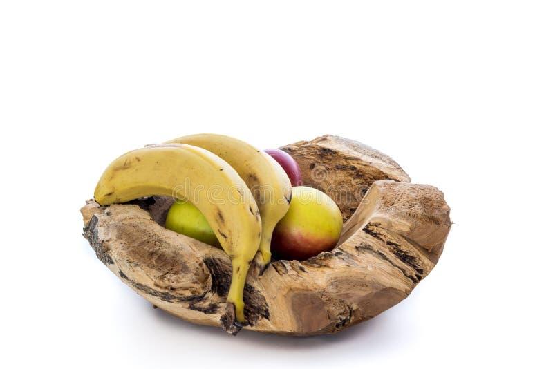 Cuenco de madera con las manzanas y los plátanos imágenes de archivo libres de regalías