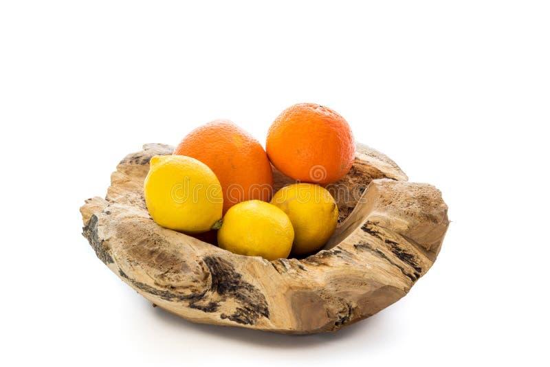 Cuenco de madera con las naranjas y los limones fotos de archivo