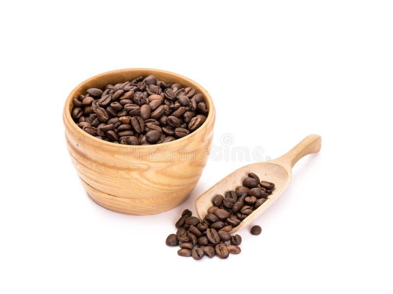Cuenco de madera con los granos de café imagenes de archivo