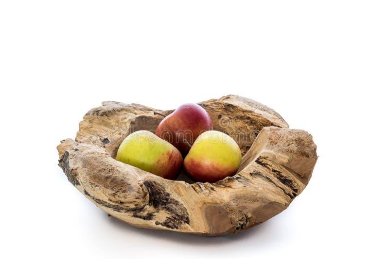 Cuenco de madera con tres manzanas imagenes de archivo