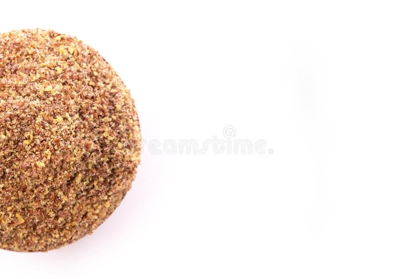 Cuenco de madera lleno de semillas de lino de tierra en un fondo blanco fotografía de archivo