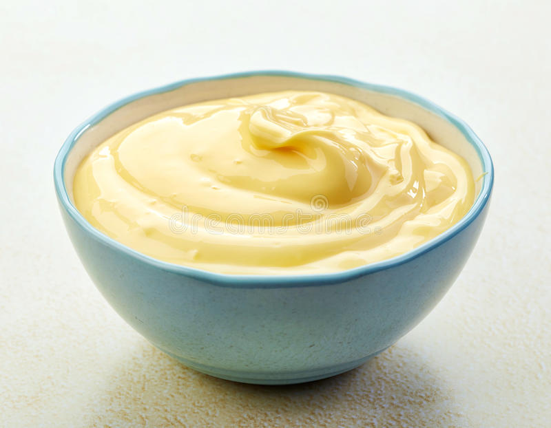 Cuenco de mayonesa imagen de archivo