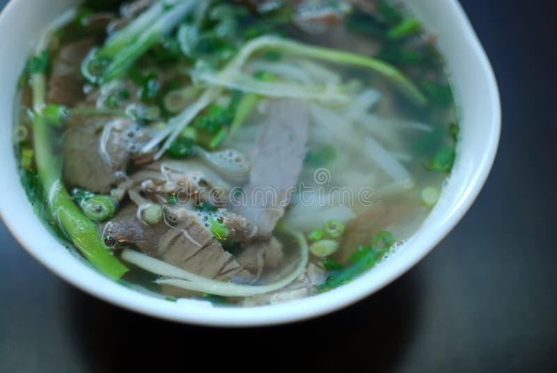 Cuenco de mirada ascendente del cierre del pho de la carne de vaca Sopa de fideos tradicional vietnamita del arroz con carne de v fotografía de archivo libre de regalías