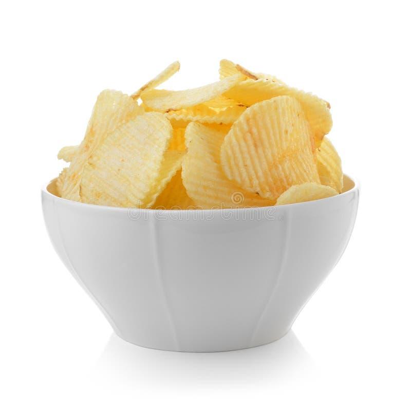 Cuenco de patatas fritas en el fondo blanco imagen de archivo libre de regalías