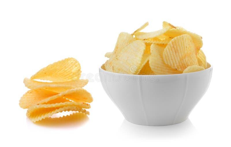 Cuenco de patatas fritas en el fondo blanco imagen de archivo