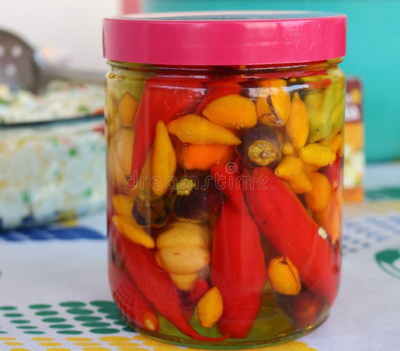 Cuenco de salsa de pimienta hecha en casa It' s un hábito tradicional en el Brasil que come con el almuerzo, ensalada, bocad fotografía de archivo
