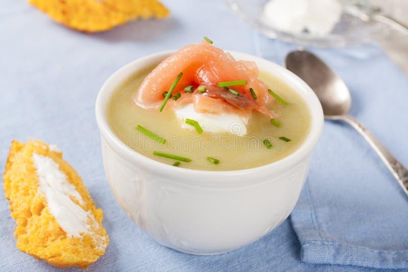 Cuenco de sopa cremosa del puerro con el salmón ahumado foto de archivo libre de regalías