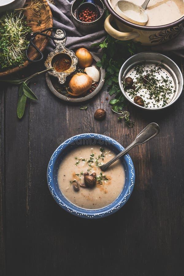 Cuenco de sopa cremoso de las castañas en el fondo rústico oscuro de la tabla de cocina, visión superior imagen de archivo libre de regalías
