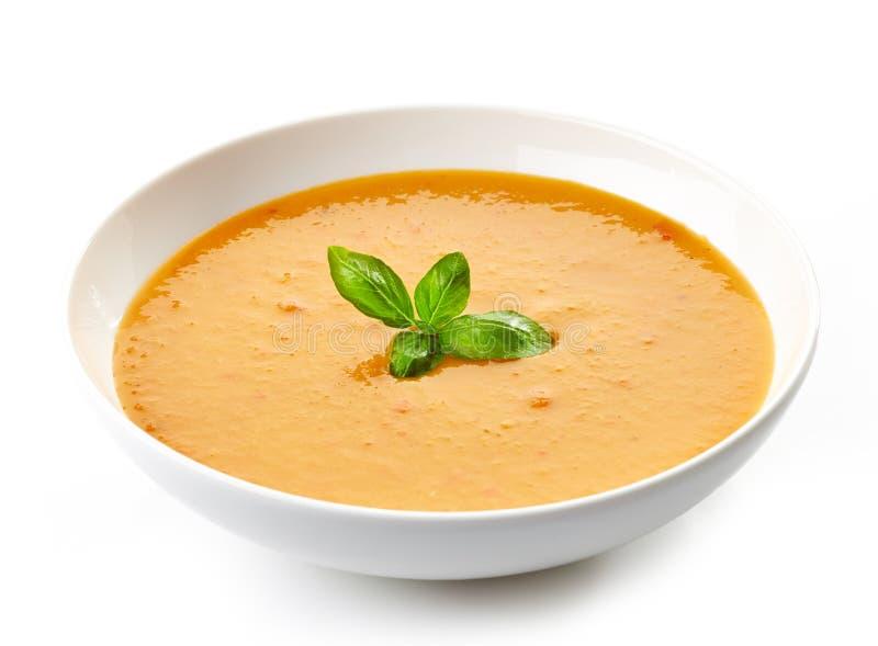 Cuenco de sopa de la calabaza con albahaca fotos de archivo
