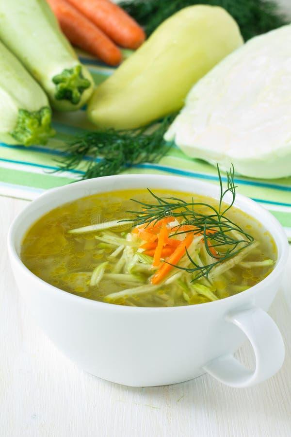 Cuenco de sopa de verduras con las verduras frescas fotografía de archivo
