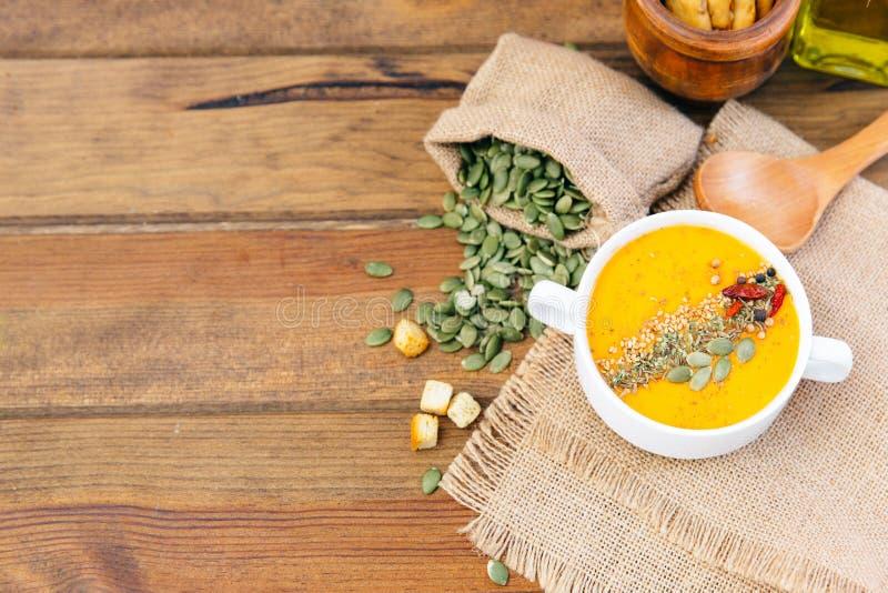 Cuenco de sopa deliciosa de la calabaza Visión superior fotografía de archivo libre de regalías