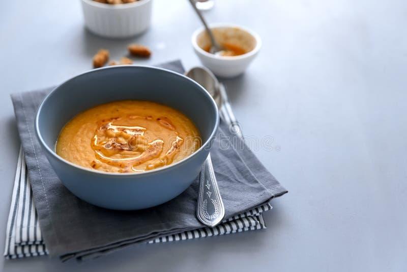 Cuenco de sopa de lenteja roja en fondo de madera gris Concepto vegetariano de la comida fotos de archivo