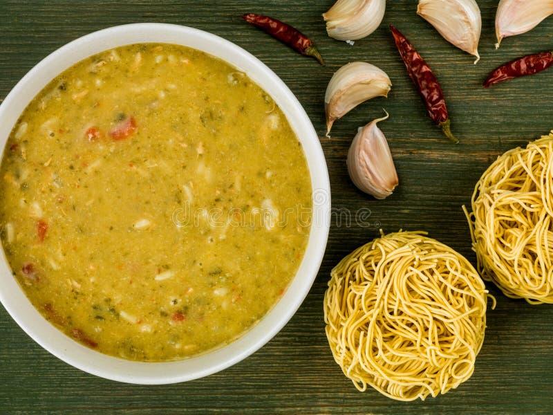 Cuenco de sopa verde tailandesa del curry del pollo fotos de archivo