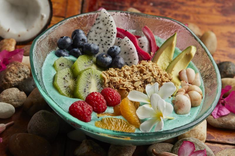 Cuenco de Unicorn Breakfast con las frutas y las nueces foto de archivo
