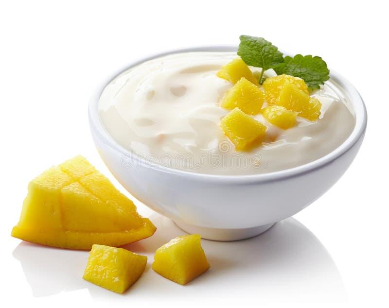 Cuenco de yogur del mango imagen de archivo