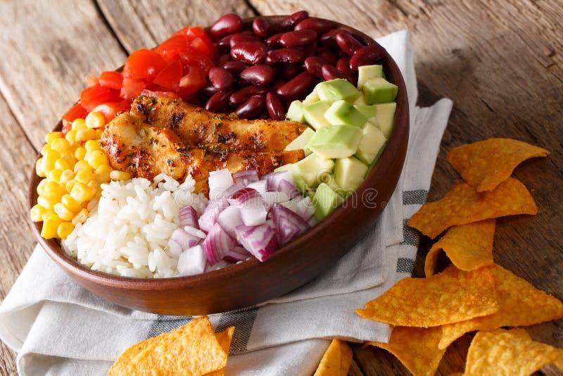 Cuenco del Burrito con el primer asado a la parrilla del pollo y de las verduras Horiz imagen de archivo libre de regalías