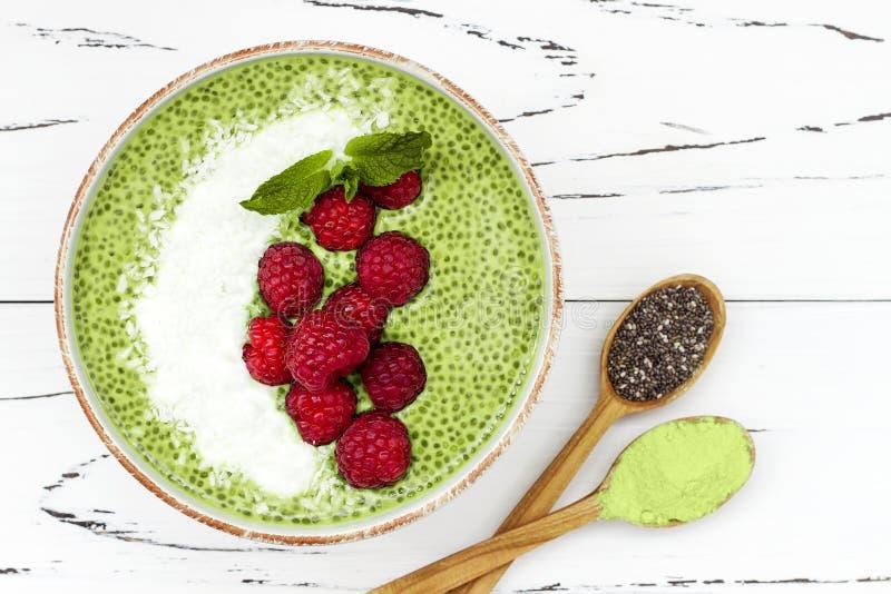 Cuenco del pudín de la semilla del chia del té verde de Matcha, postre del vegano con la frambuesa y leche de coco Visión de arri fotos de archivo