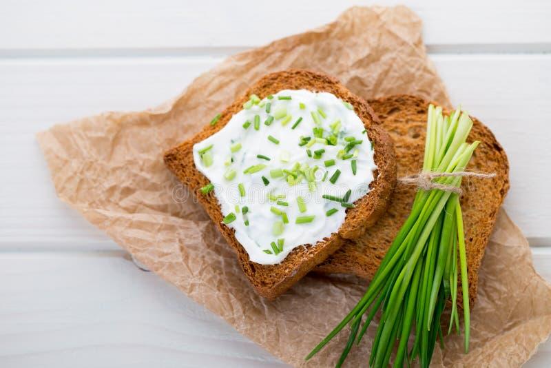 Cuenco del queso cremoso con las cebollas verdes, salsa de la inmersión en tabl de madera fotografía de archivo
