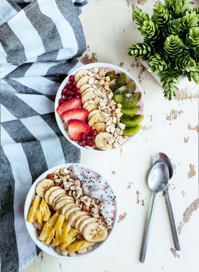 Cuenco del Smoothie con las frutas frescas foto de archivo