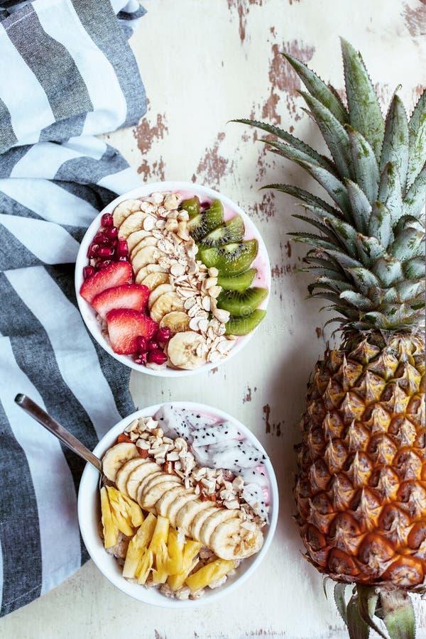Cuenco del Smoothie con las frutas frescas fotos de archivo