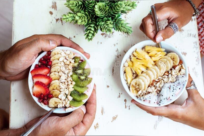 Cuenco del Smoothie con las frutas frescas fotos de archivo libres de regalías