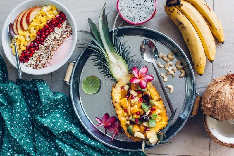 Cuenco del Smoothie con las frutas tropicales imagen de archivo