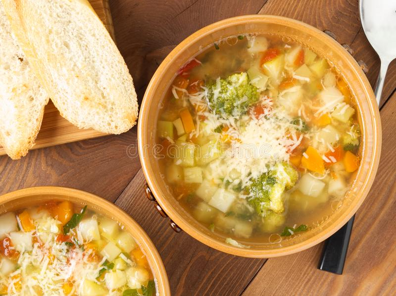 Cuenco dos de sopa del minestrone con la tostada en el fondo de madera rústico, visión superior, cierre para arriba foto de archivo libre de regalías
