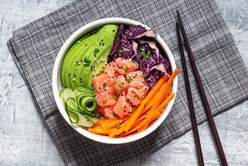 Cuenco hawaiano del empuje con las verduras de color salmón y cortadas imagen de archivo