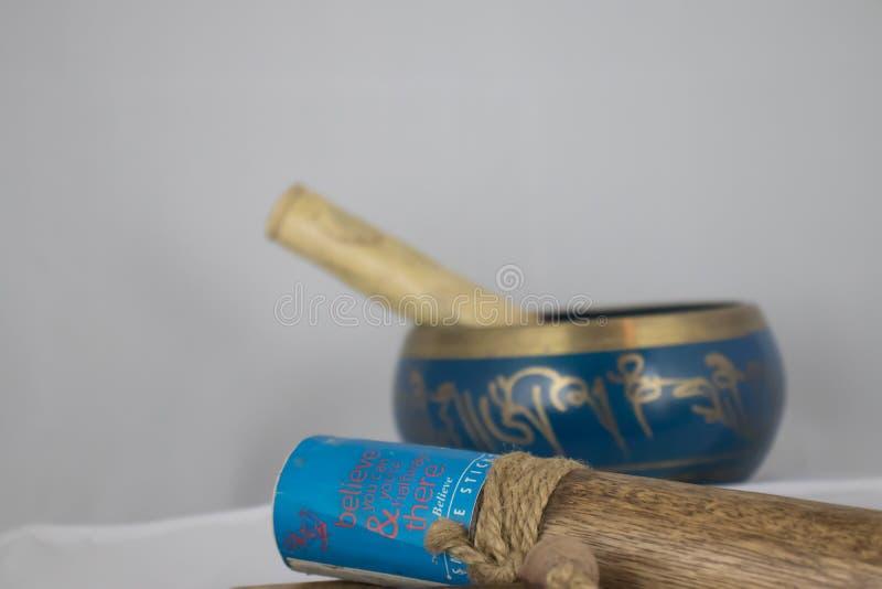 Cuenco hecho a mano del canto del azul y del oro, usado para la meditaci?n y la yoga fotografía de archivo libre de regalías