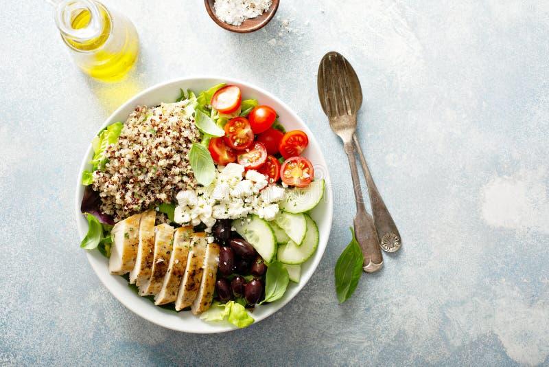 Cuenco inspirado griego del almuerzo con el pollo y la quinoa fotografía de archivo libre de regalías