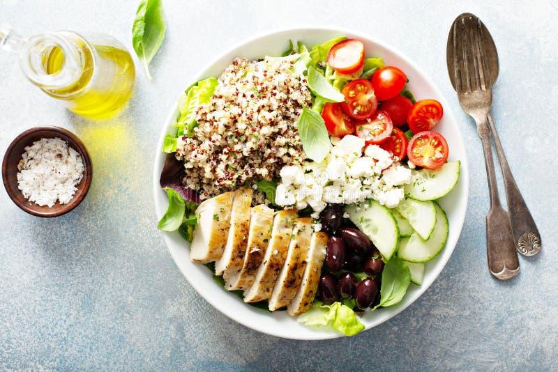 Cuenco inspirado griego del almuerzo con el pollo y la quinoa fotografía de archivo