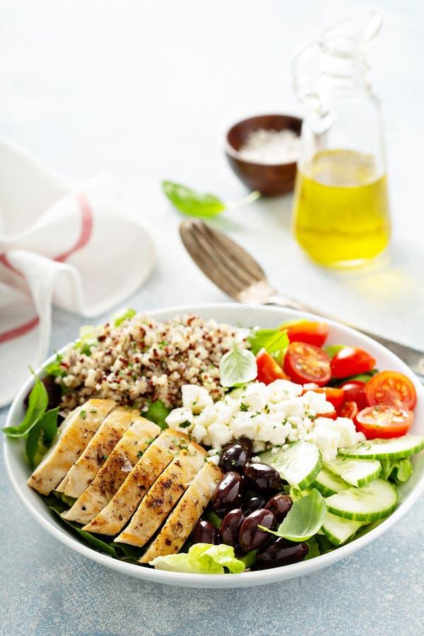 Cuenco inspirado griego del almuerzo con el pollo y la quinoa imagen de archivo libre de regalías
