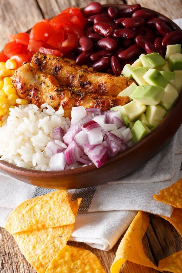 Cuenco mexicano del burrito con el pollo, el arroz y las verduras asados a la parrilla c imagenes de archivo