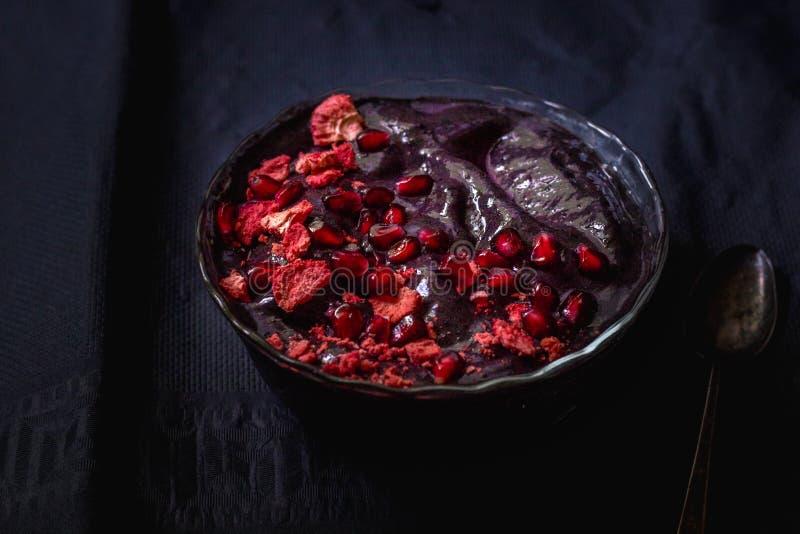 Cuenco oscuro púrpura del Smoothie con la fruta fotos de archivo