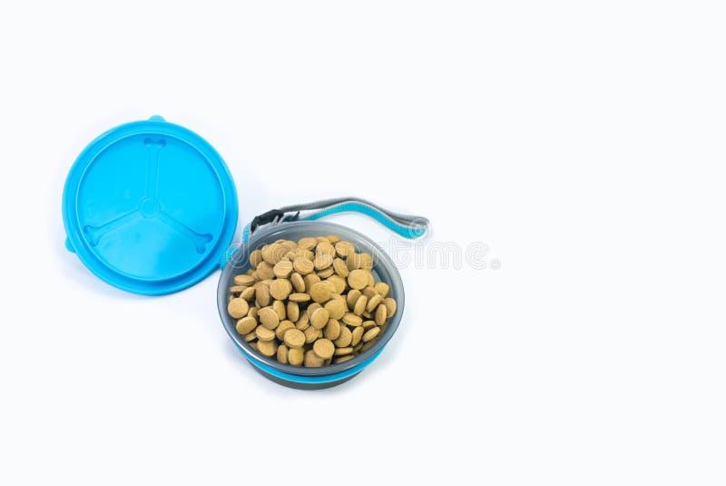 Cuenco plano de la endecha con la comida seca para el perro o el gato en blanco foto de archivo