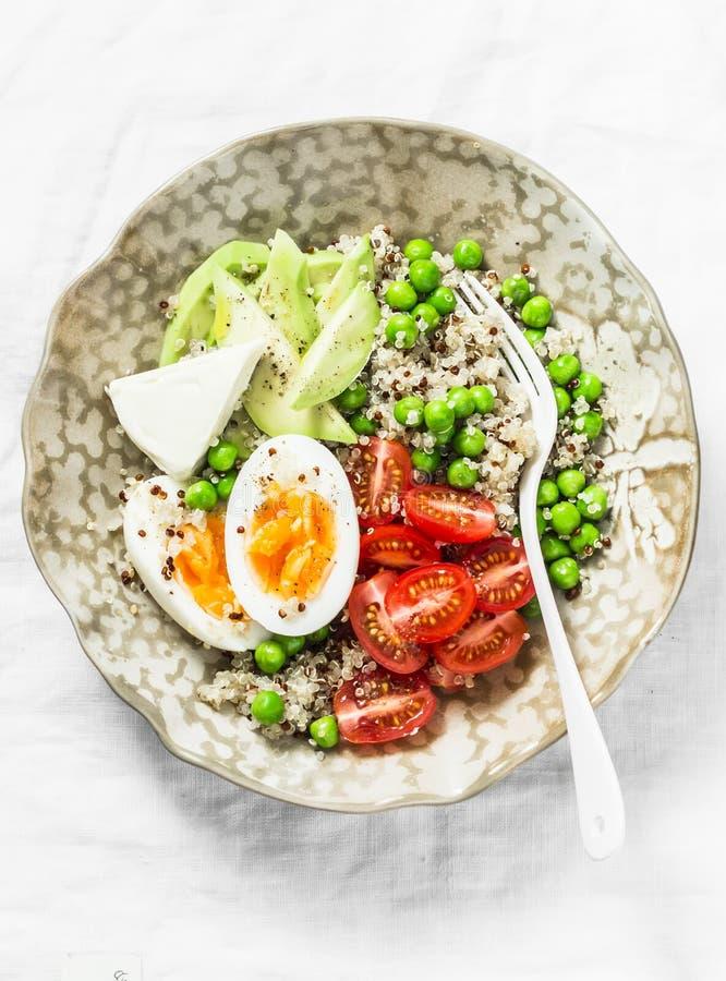 Cuenco sabroso del desayuno de la mañana Cuenco equilibrado con la quinoa, huevo, aguacate, tomate, guisante verde Concepto de la foto de archivo libre de regalías