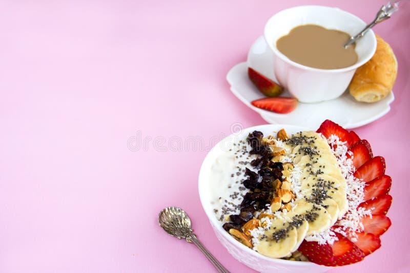 Cuenco sano de la leche del cruasán de la harina de avena del desayuno con las remolachas fotografía de archivo