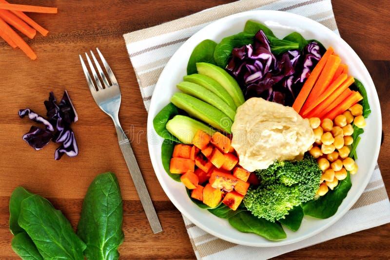Cuenco sano del almuerzo con el aguacate, el hummus y las verduras imágenes de archivo libres de regalías