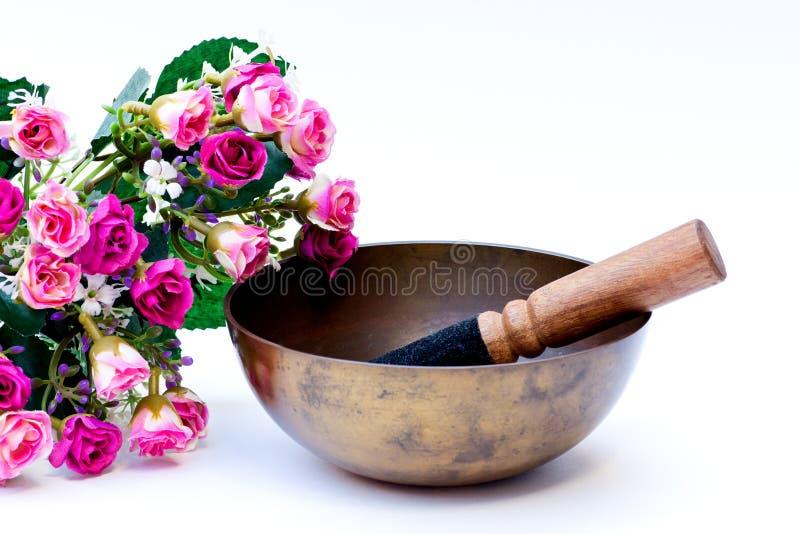 Cuenco tibetano con las rosas rosadas imagenes de archivo