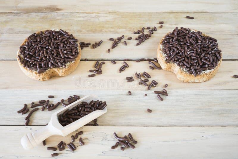 Cuenco y bizcocho tostado con el saludo del chocolate, Hagelslag holandés fotografía de archivo