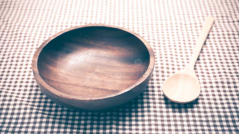 Cuenco y cuchara de madera fotos de archivo