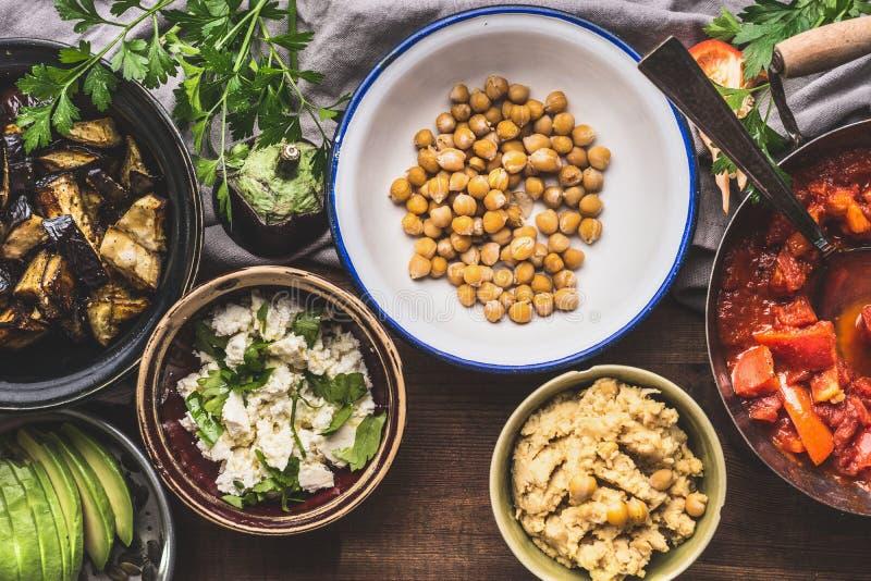 Cuencos con la comida vegetariana para la consumición sabrosa en el bufete de ensaladas, visión superior La consumición sana y el fotografía de archivo