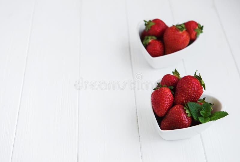 Cuencos con las fresas frescas imagen de archivo