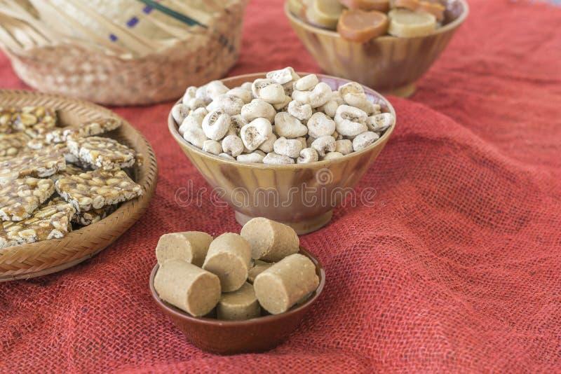 Cuencos con los dulces típicos del banquete de junio del brasileño fotografía de archivo libre de regalías