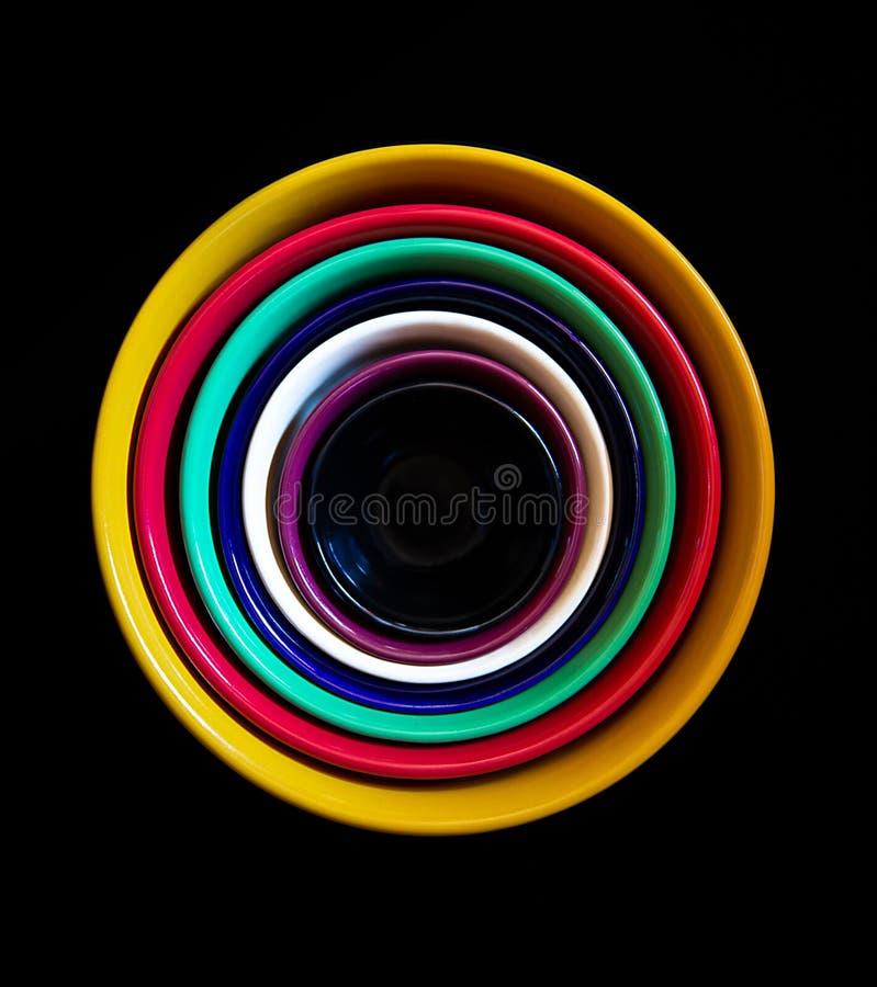 Cuencos de cerámica coloridos apilados arriba imágenes de archivo libres de regalías