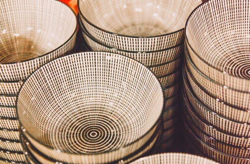 Cuencos de cerámica de moda blancos con el modelo negro imágenes de archivo libres de regalías