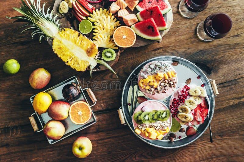 Cuencos del Smoothie con las frutas tropicales imagen de archivo