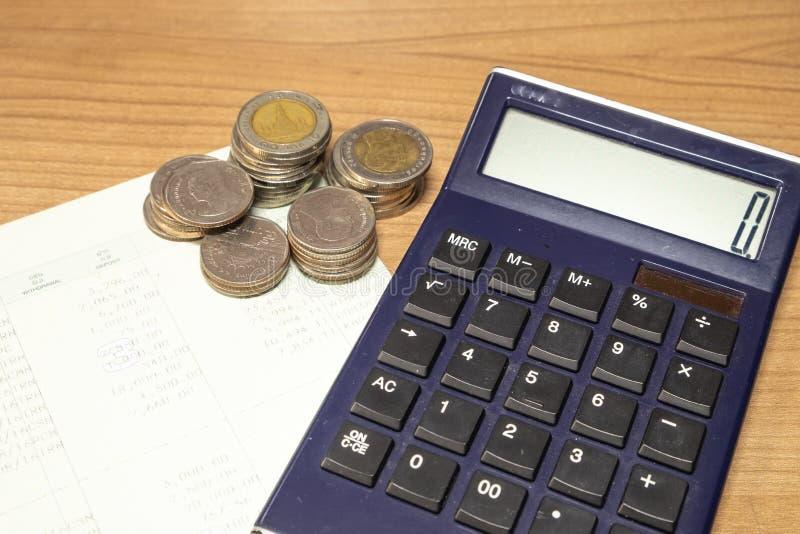 Cuenta de ahorro tailandesa del banco del dinero y del libro en la tabla de madera fotos de archivo libres de regalías