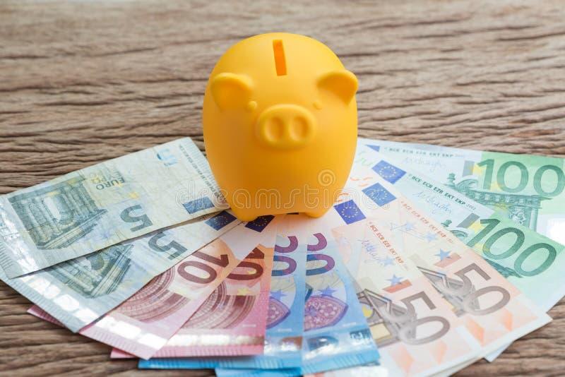 Cuenta de ahorros del dinero financiero, concepto de la economía de Europa, yello imagen de archivo
